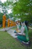 Boeddhistische activiteit in openbare tempel in Thailand Royalty-vrije Stock Afbeeldingen