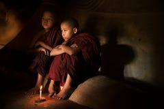 Boeddhistische beginners binnen tempel stock foto's