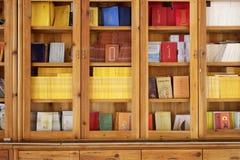 Boeddhistische boekenkast stock afbeelding