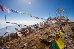 Boeddhistische gebedvlaggen op een bergtop in het Himalayagebergte royalty-vrije stock foto