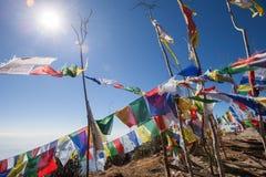 Boeddhistische gebedvlaggen op een bergtop in het Himalayagebergte stock foto's