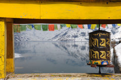 Boeddhistische gebedwielen op een brug over het Tsomgo-Meer in Sikki Royalty-vrije Stock Afbeeldingen