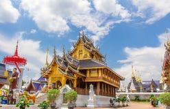 Boeddhistische kerk in de opgehelderde blauwe hemel, Chiang-MAI, merriezweempje Stock Foto