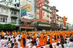 Boeddhistische liefdadigheid en verdiensten. De gelegenheid BuddhaJa Stock Foto's