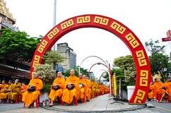 Boeddhistische liefdadigheid en verdiensten. De gelegenheid BuddhaJa Stock Fotografie