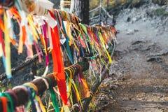 Boeddhistische linten die in de wind fladderen stock fotografie