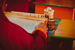 Boeddhistische mantras van de monnikslezing Stock Fotografie