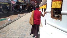 Boeddhistische monnik bij Boudhanath-stupa 3D geluid stock footage