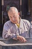 Boeddhistische monnik bij een ijzeraltaar, Xian, China stock afbeeldingen