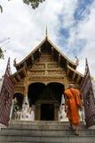 Boeddhistische monnik die aan de tempel lopen royalty-vrije stock afbeelding