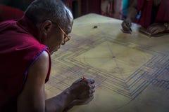 Boeddhistische Monnik die aan mandala in Diskit Gompa, Ladakh werken Royalty-vrije Stock Foto