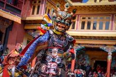 Boeddhistische monnik die bij maskerfestival dansen stock afbeeldingen