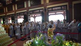 Boeddhistische monnik die Boedha in de verjaardagsvieringen van Boedha ` s bidden stock video