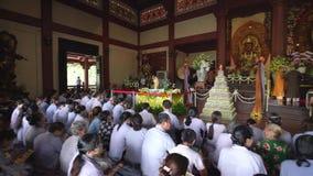 Boeddhistische monnik die Boedha in de verjaardagsvieringen van Boedha ` s bidden stock videobeelden