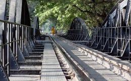 Boeddhistische Monnik die Brug op de Rivier Kwai kruist Royalty-vrije Stock Afbeeldingen