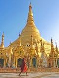 Boeddhistische monnik die in Shwedagon-pagode lopen Royalty-vrije Stock Afbeeldingen