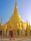 Boeddhistische monnik die in Shwedagon-pagode lopen Stock Afbeelding