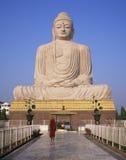 Boeddhistische Monnik en het ReuzeStandbeeld van Boedha Stock Afbeeldingen