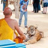 Boeddhistische monnik met een tijger van Bengalen in Tiger Temple in Kanchanaburi, Thailand royalty-vrije stock foto's