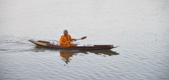 Boeddhistische Monnik op de rivier Stock Foto