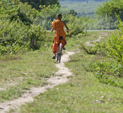 Boeddhistische monnik op fiets stock foto