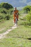 Boeddhistische monnik op fiets stock foto's