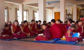 Boeddhistische monniken bij gebed Stock Afbeelding