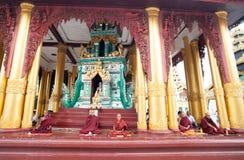 Boeddhistische monniken in de Shwedagon-tempel, Yangon, Myanmar stock afbeelding