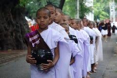 Boeddhistische monniken die bij het Klooster van Mahar eten Gandar Yone Royalty-vrije Stock Fotografie