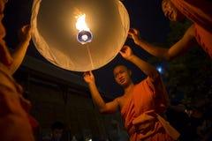 Boeddhistische Monniken die Brandlantaarns lanceren bij Festival Stock Foto's