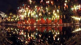Boeddhistische Monniken die Brandlantaarns lanceren bij Festival TImelapse stock videobeelden