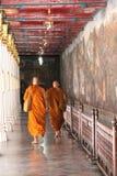 Boeddhistische monniken die Groot Paleis bezoeken Royalty-vrije Stock Fotografie