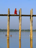 Boeddhistische monniken die op de brug van U Bein, Amarapura, Myanmar lopen Royalty-vrije Stock Fotografie