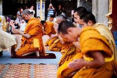 Boeddhistische monniken die op vooravond bidden Royalty-vrije Stock Afbeelding