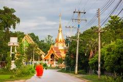 Boeddhistische monniken die terug naar de tempel in de ochtend lopen Royalty-vrije Stock Foto's