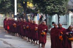 Boeddhistische monniken die voor voedsel in Yangon, Myanmar bedelen Stock Foto's