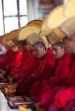 Boeddhistische monniken en lama's tijdens pujaceremonie Stock Afbeelding