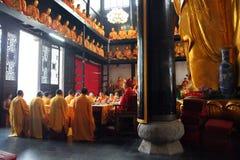 Boeddhistische Monniken tijdens Godsdienstige Ceremonie Stock Foto's