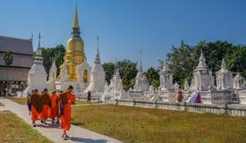 Boeddhistische monniken in witte tempel stock foto's