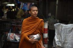 Boeddhistische monnikenaalmoes op de straten van Bangkok ` s Royalty-vrije Stock Foto's