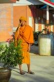 Boeddhistische monniksbhikkhu in de tempel die van Thailand wat de mobiele telefoon spreken royalty-vrije stock afbeelding