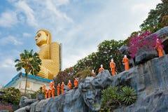 Boeddhistische monniksstandbeelden die naar de Gouden tempel van Boedha, Dambulla, Sri gaan Stock Foto's