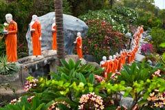 Boeddhistische monniksstandbeelden die naar de Gouden tempel van Boedha, Dambulla, Sri gaan Royalty-vrije Stock Afbeelding