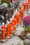 Boeddhistische monniksstandbeelden die naar de Gouden tempel van Boedha, Dambulla, Sri gaan Stock Afbeelding