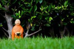 Boeddhistische Monnikstribune voor aalmoes die, Ceramische monnik verzamelen zich Royalty-vrije Stock Afbeeldingen