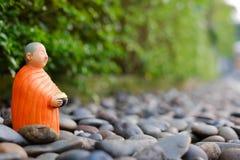 Boeddhistische Monnikstribune voor aalmoes die, Ceramische monnik verzamelen zich Royalty-vrije Stock Afbeelding