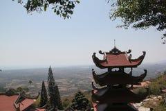 Boeddhistische Pagode bij de bovenkant van de berg stock foto