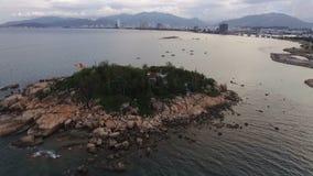 Boeddhistische pagode op een eiland in Vietnam stock videobeelden