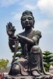 Boeddhistische standbeelden die en tot dienstenaanbod prijzen maken aan Tian Tan Buddha Grote Boedha bij Lantau-Eiland, in Hong K stock foto's