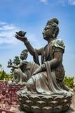 Boeddhistische standbeelden die en tot dienstenaanbod prijzen maken aan Tian Tan Buddha Grote Boedha bij Lantau-Eiland, in Hong K royalty-vrije stock fotografie